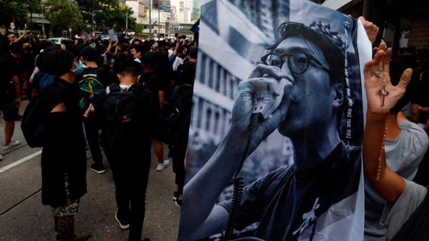 2019年10月9日,在香港,有聲援本土民主前線前發言人梁天琦的市民,帶同橫額到法院外。(路透社)