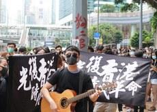 2019年10月9日,有聲援梁天琦的香港市民帶同結他高歌,為梁天琦打氣。(文海欣 攝)