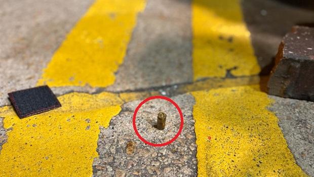 在油麻地碧街,有警察施射實彈。(鄭日堯 攝)