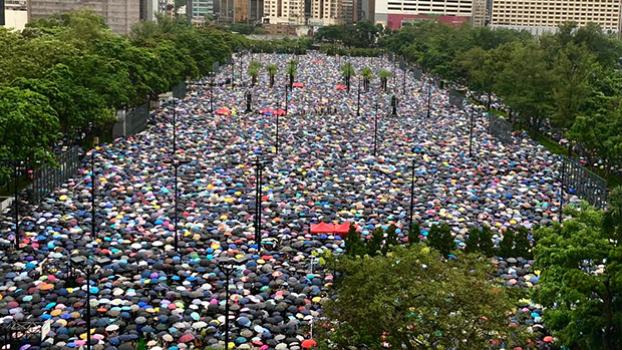 有内地传媒社评指,民阵周日(18日)的集会没有出现严重的袭警行为,是首次出现示威中的「暴力退潮」。(文海欣 摄)