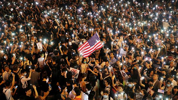 2019年10月14日,在香港,逾十三萬人出席「香港人權法造勢大會」,期間他們亮起手光電燈力抗強權。(路透社)