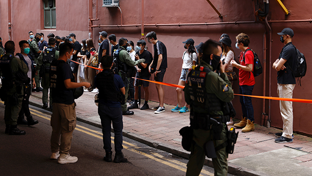 香港法庭裁定防暴警察拒展示編號違反《人權法》警務處長證實決定上訴。(路透社資料圖片)
