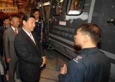中共總書記習近平在2012年擔任國家副主席時,曾到飛行服務隊視察。(香港政府新聞網圖片)