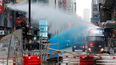 35万人九龙大游行 警向清真寺射催泪蓝色水剂