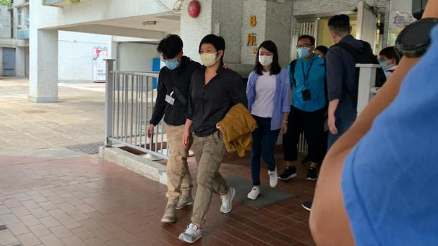 香港警方周二(3日)到香港電台電視部編導蔡玉玲家中搜查並拘捕,懷疑與早前拍攝新聞節目《鏗鏘集》有關。(鄭日堯 攝)