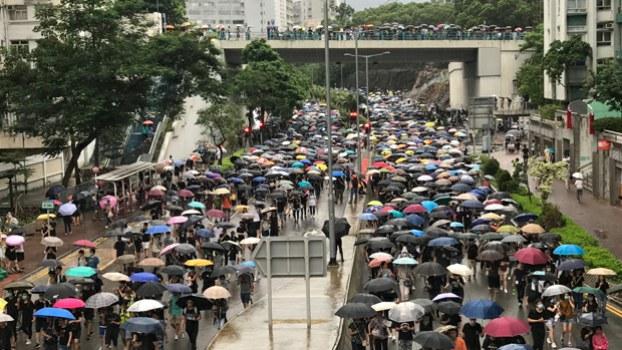 2019年8月17日,大批市民冒雨参与「光复红土」游行,并占据行车线。(刘少风 摄)