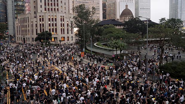 民间团体发表报告,指去年6月12日警方在金钟处理反修例示威时使用过度武力。(路透社资料图片)
