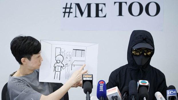 2019年8月23日,在反送中示威行动被捕人士吕小姐(右)投诉,在警署拘留期间被「剥光猪」搜身。(路透社)