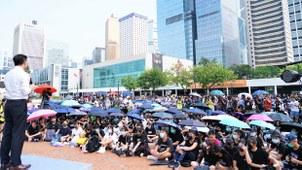 2019年8月22日,约800人在酷热天气下,参与中学生集会,为学生打气。(文海欣 摄)