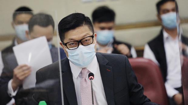鄧炳強出席油尖旺區議會被問拉跌12歲童與孕婦事宜。(蘋果日報圖片)