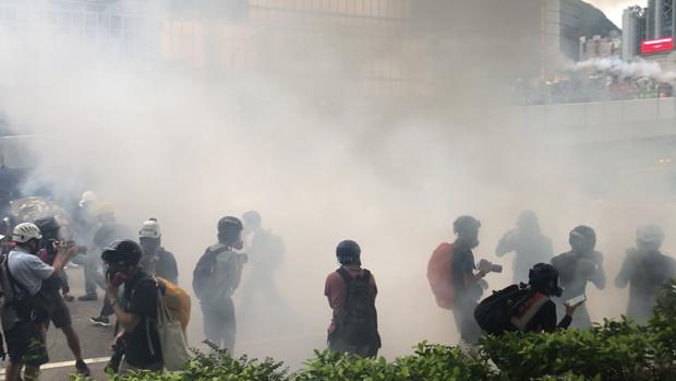 2019年8月31日,香港警方在处理「反送中」示威时,再次施放催泪弹驱散示威者。(刘少风摄)