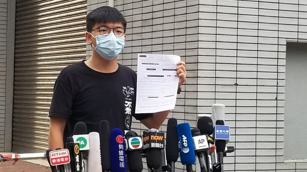 前香港眾志秘書長黃之鋒周四到中區警署報到時再被拘捕,他錄完口供後下午獲准保釋,在中區警署外會見傳媒。(鄧穎韜 攝)