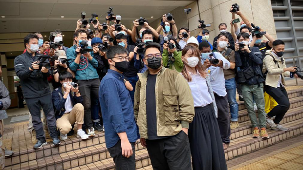 2020年11月23日,(左起)黃之鋒、林朗彥、周庭涉包圍警總案受大批傳媒關注。(劉少風 攝)