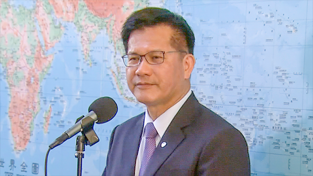 2020年11月26日,交通部長林佳龍:華航七架新貨機塗裝,將把「CHINA AIRLINES」字樣縮小,並增加台灣意象計設。(鍾廣政攝)