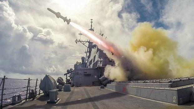 美國於周一(26日)就「魚叉飛彈海岸防衛系統」對台軍售案知會國會,距離上一次宣布對台軍售不足一周。圖為美軍於2015年一次軍演中發射魚叉飛彈。(AFP資料圖片)