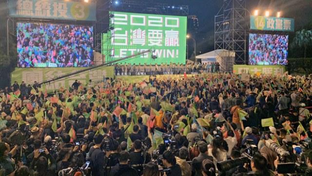 台灣總統蔡英文在凱達格蘭大道舉行壓軸造勢大會,呼籲支持者以選票捍衛台灣民主。會前更在高雄晚會和韓國瑜陣營互比勢聲。親民黨候選人宋楚瑜呼籲,最後關頭棄韓國瑜投宋楚瑜。