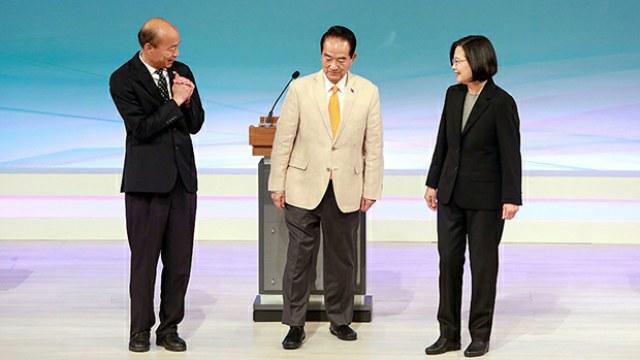 台灣周日(29日)舉行總統大選唯一的電視辯論,國民黨韓國瑜批評蔡英文不單止騙取台獨選票,更騙取香港反修例風波的政治利益。蔡英文重申這次大選,是民眾以選票決定接受「一國兩制」,抑或維持自由民主的關鍵。