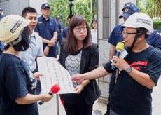2019年8月14日,香港经济贸易文化办事处新闻处长傅雪莲(中)接收示威者抗议信。(锺广政 摄)
