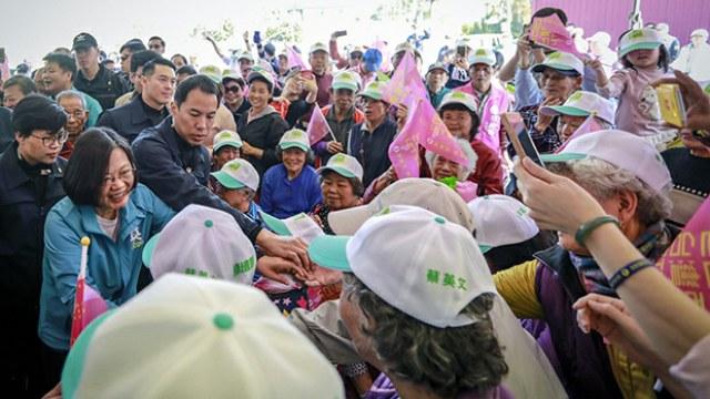 距離1月11日大選投票不一周,兩大陣營把握最後黃金周拉票,民進黨候選人蔡英文列出十幾個競選活動行程,並在台南、桃園和新北市舉行三場造勢大會。國民黨候選人韓國瑜也在桃園造勢。