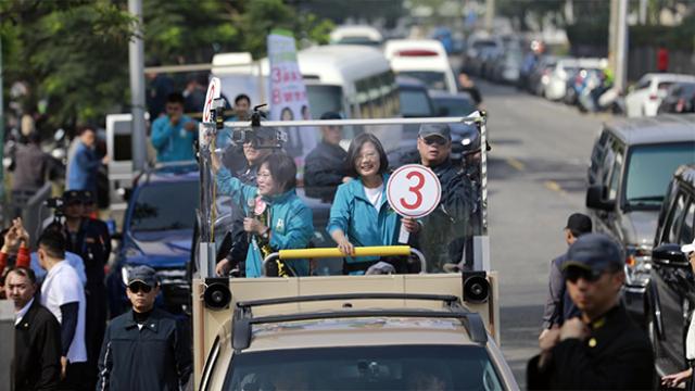 台灣的總統選舉進入一周倒數。綠營發言人林靜儀發表「主張統一就是叛國」的言論,蔡英文急忙澄清。國民黨候選人韓國瑜批評,林靜儀所講就是蔡英文內心的想法。