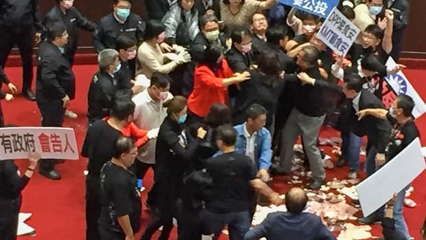 2020年11月27日,行政院長蘇貞昌27日立法院進行施政報告時,國民黨和民進黨發生衝突,期間有人投擲豬內臟(圖右下)。(朱水文提供)