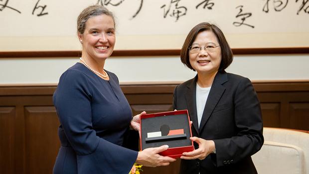 2019年10月9日,台湾总统蔡英文接见来台参加首届「美台太平洋对话」的美国助理国务卿孙晓雅。(台湾总统府提供)