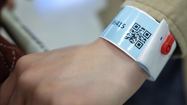 香港檢疫人士都獲發一條電子監察手帶,要每天向衞生署報到。(路透社資料圖片)