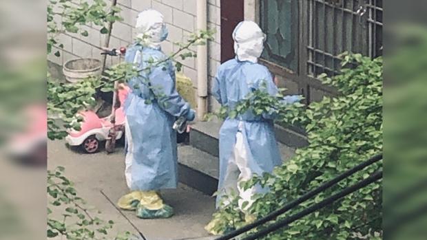2020年4月1日,郟縣人民醫院醫務人員進行防疫處置。(知情人提供)