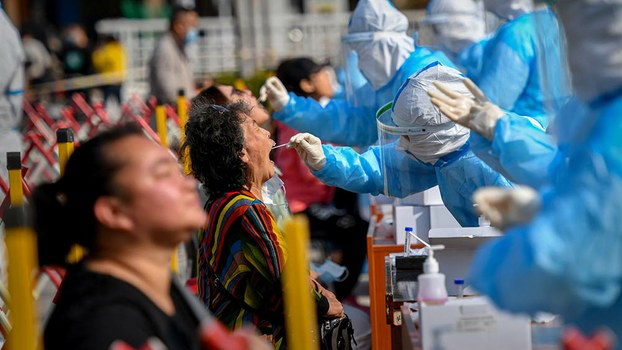 長假後青島再爆新冠疫情,官方已啟動全市篩查。(AFP / 2020年10月12日)