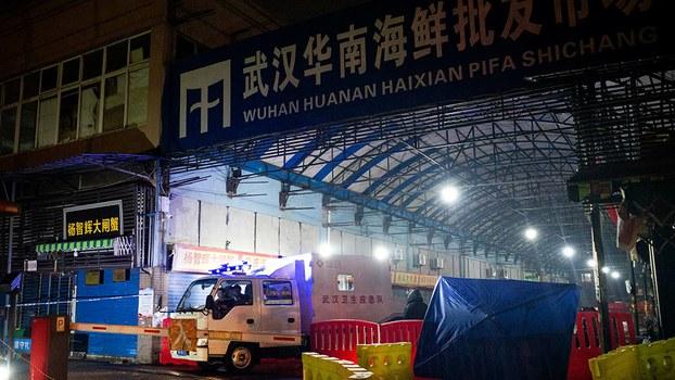 2020年1月11日,武漢衛生應急隊曾到當地的華南海鮮市場視察。(AFP)