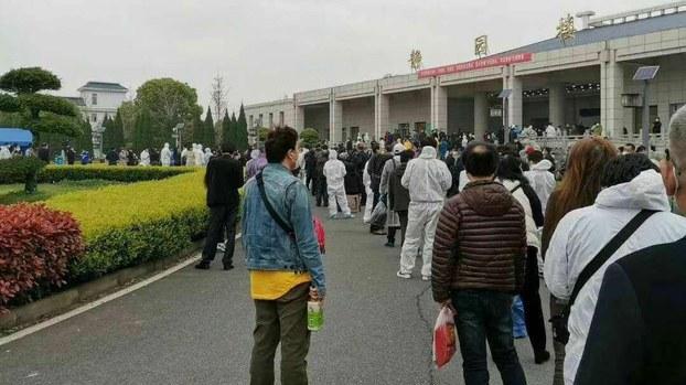 停止對外開放對漢口殯儀館外,死者家屬人山人海。 (志願者提供)