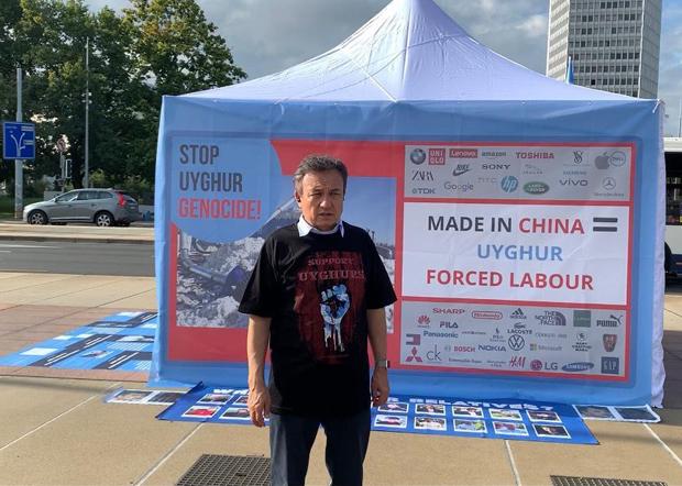 2020年9月22日至25日,世維會主席多裏坤在日內瓦斷椅廣場舉行抗議活動和中共對維吾爾人實施種族滅絕和強迫勞動的圖片展。(世維會圖片)