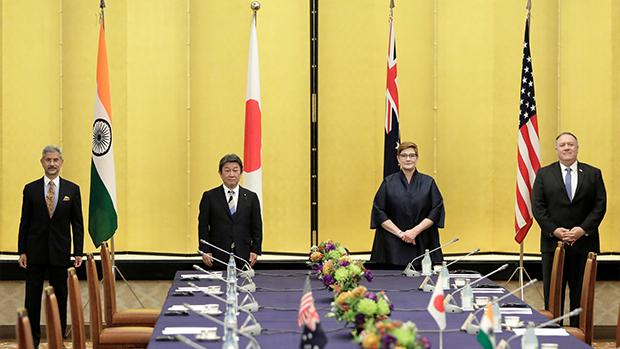 2020年10月6日,蓬佩奧訪日與日本、澳大利亞、印度四個外長,進行「四方安全對話」,提到中國區內勢力擴大令人擔憂。(路透社)