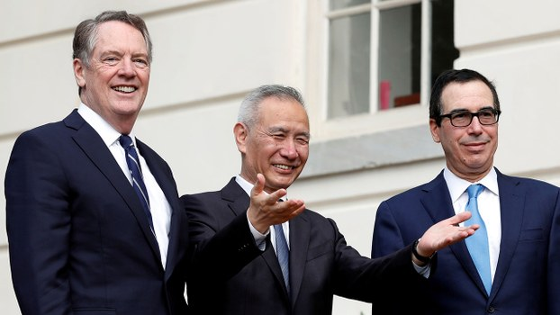 2019年10月10日,中國副總理劉鶴(中)抵美與美國貿易代表萊特希澤(左)及財政部長姆努欽(右)進行新一輪貿易談判。(路透社)