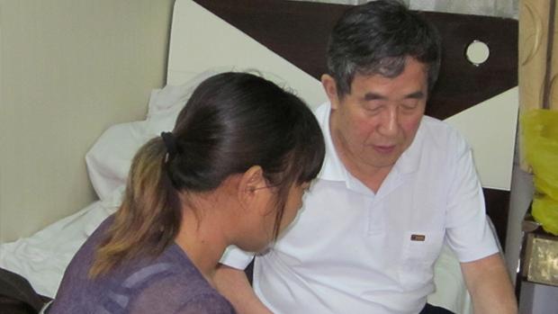 中國衛生部前官員、健康教育研究所所長陳秉中(右),多年間持續關切愛滋病感染、毒疫苗事件中的受害者。(陳秉中提供 / 拍攝時間不詳)