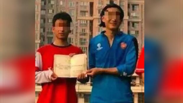 陶崇園(左)生前和導師王攀在一起。(資料圖片)